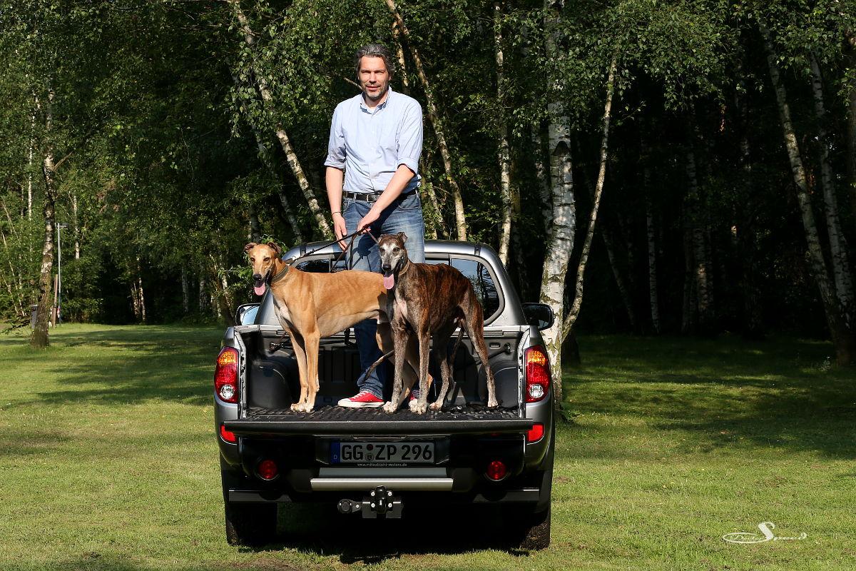Der Tester Tom himself mit den beiden Greyhounds Nigel und Gershwin