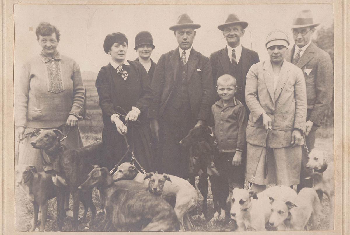 Ein sensationelles Fundstück. Das Foto aus den 30ern zeigt sieben Whippets und drei Greyhounds.