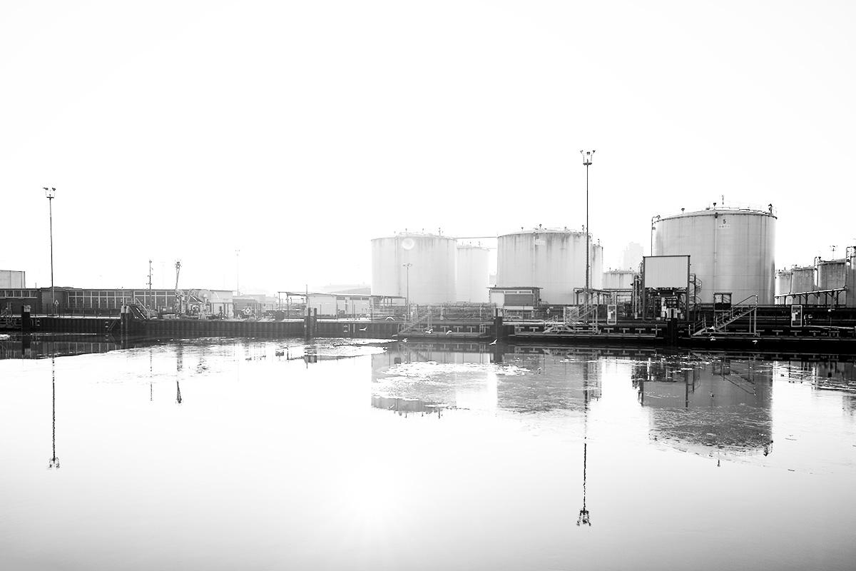 Blick in ein Hafengelände