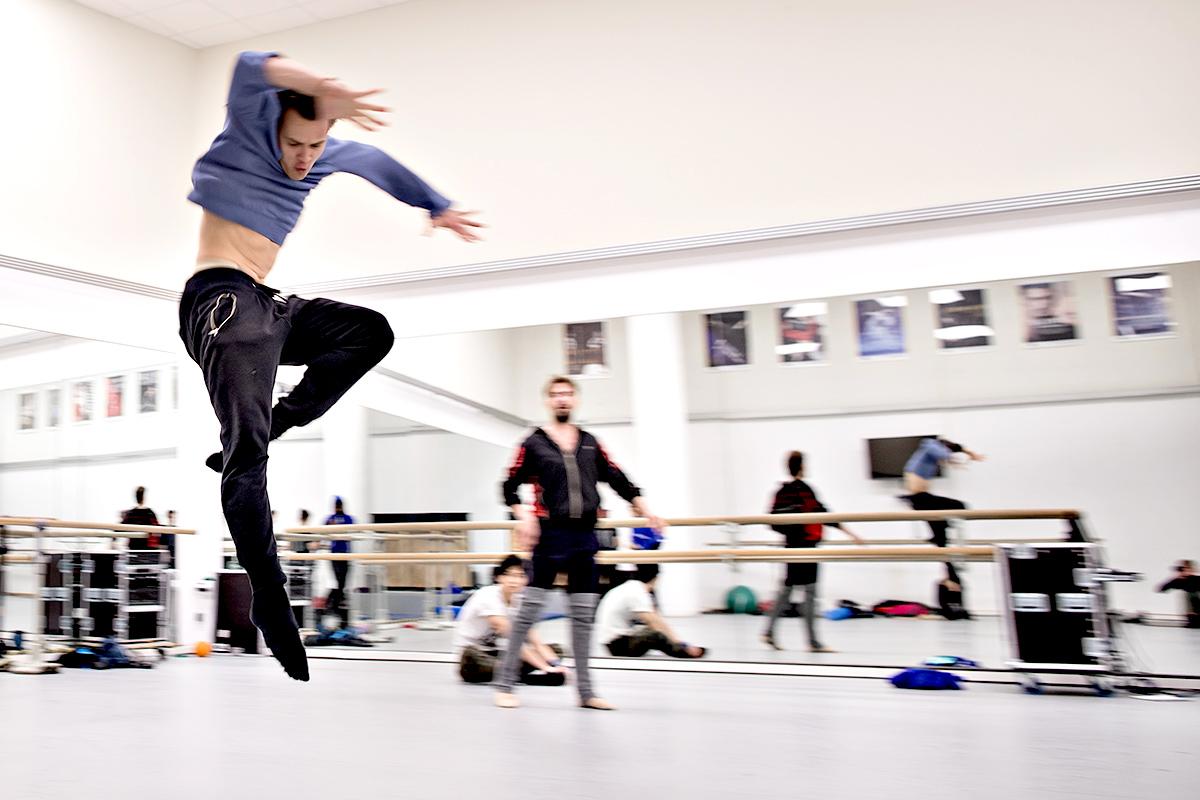 Ein Tänzer bei Proben im Aalto Ballett Essen