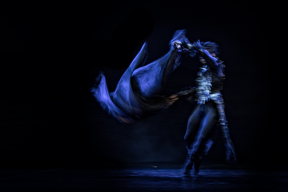 Moisés Léon Noriega in der Rolle des bösen Zauberers Rotbart in Ben Van Cauwenbergs Inszenierung von Schwanensee im Aalto Ballett Essen.