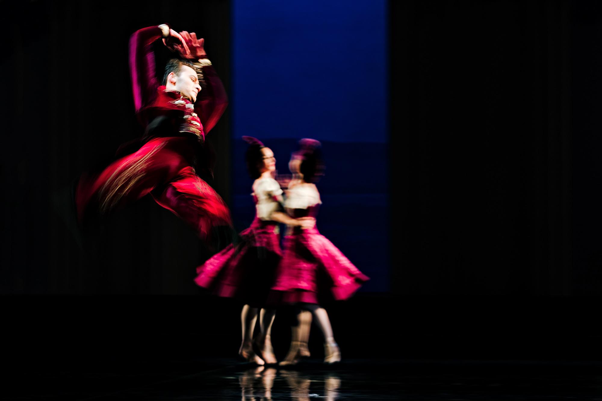 """Yehor Hordiyenko in """"Schwanensee"""" von Ben Van Cauwenberg im Aalto Ballett Essen. Ich mag den starken Farbkontrast sehr."""