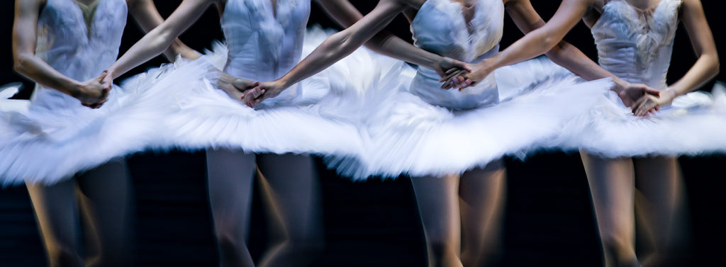 """Die vier kleinen Schwäne in """"Schwanensee"""" von Ben Van Cauwenberg im Aalto Ballet Essen"""