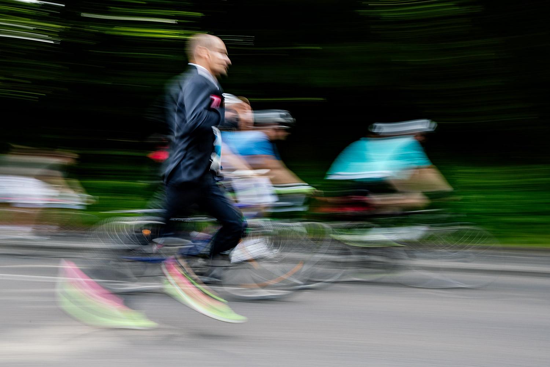 Dieser Mann hat beim VIVAWEST Marathon 2018 einen Weltrekord aufgestellt. Er ist der schnellste Mann, der einen Halbmarathon im Anzug gelaufen ist. Ich frage mich, wie man auf eine solche Idee kommt.