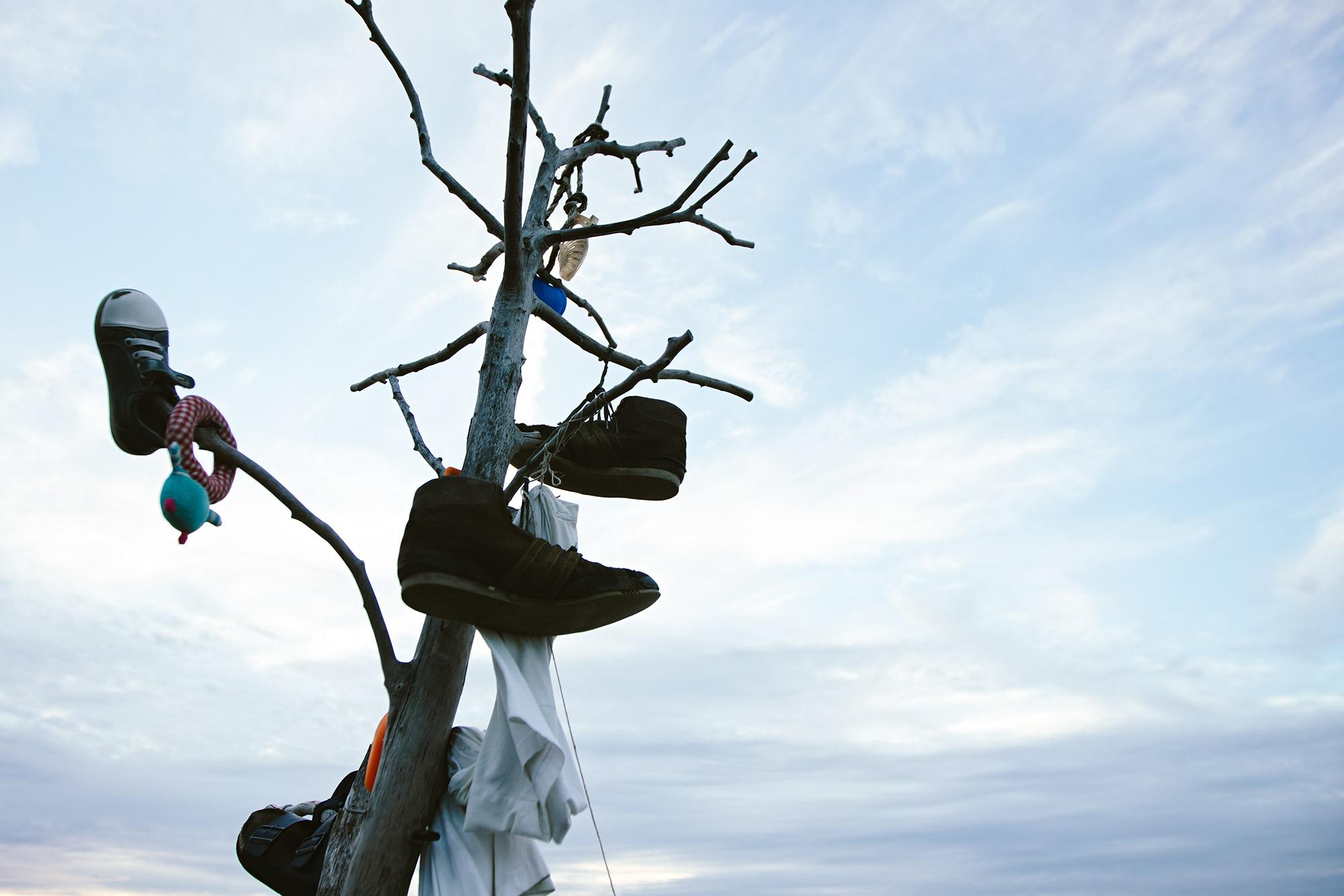 Der Baum der verlorenen Sachen in Noordwijk. Hier hängen Menschen Dinge auf, die andere am Strand verloren haben. Das fand ich sehr süß!