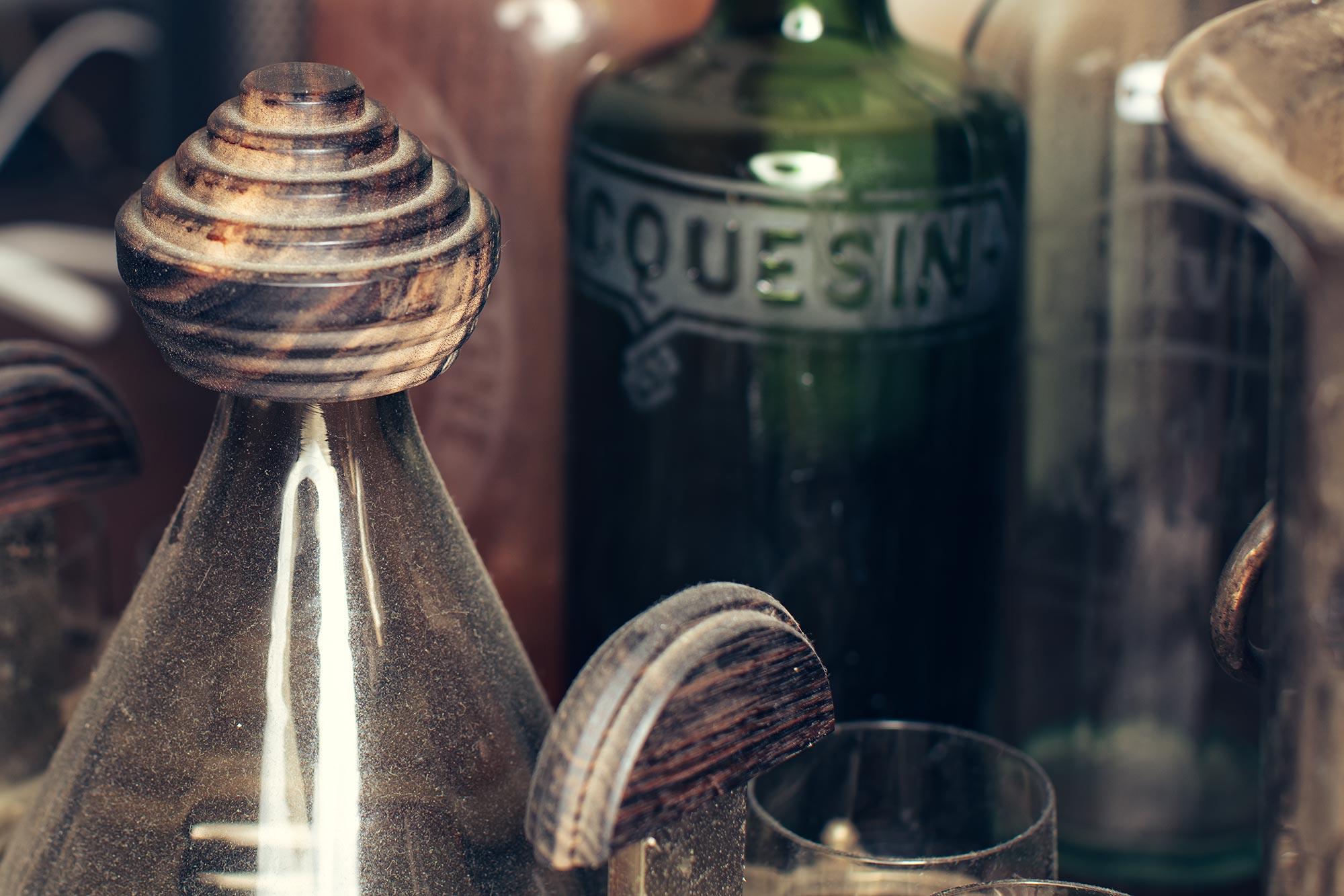 Total eingestaubt: Die Art Deco Karaffe mit acht passenden Gläser fand ich bei einem der typischen Vide Greniers in Frankreich. Das Tablett ist bis auf die Griffe aus Makassar-Holz völlig verrottet, doch Gläser wie Karaffe sind makellos.