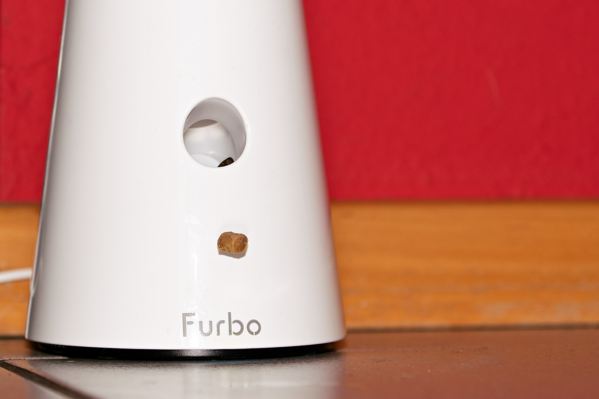 Manchmal spuckt Furbo die Leckerchen nur sehr marmelig aus. Dann fallen sie aus der Öffnung stumpf nach unten.