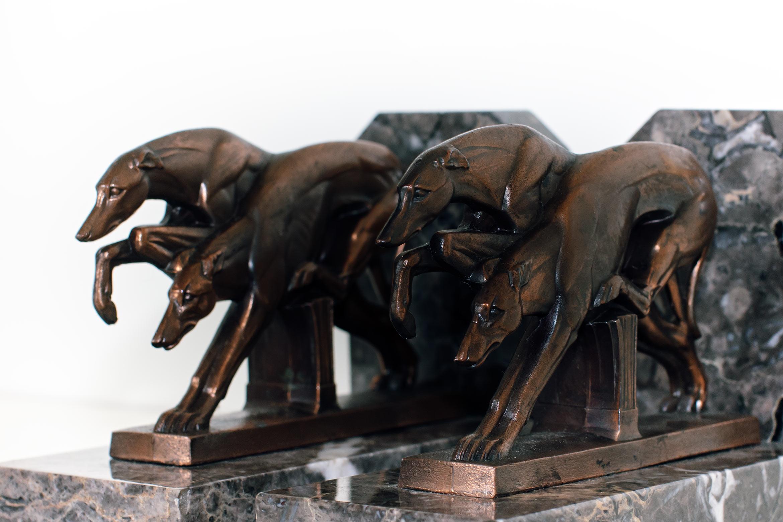 Greyhounds in der Bewegung: Ich mag diese Darstellung der Hunde so sehr, weil sie nicht manieriert ist. Sie haben nichts künstliches, sie verharren nicht in einer Pose sondern tun einfach das, was sie können: Laufen.
