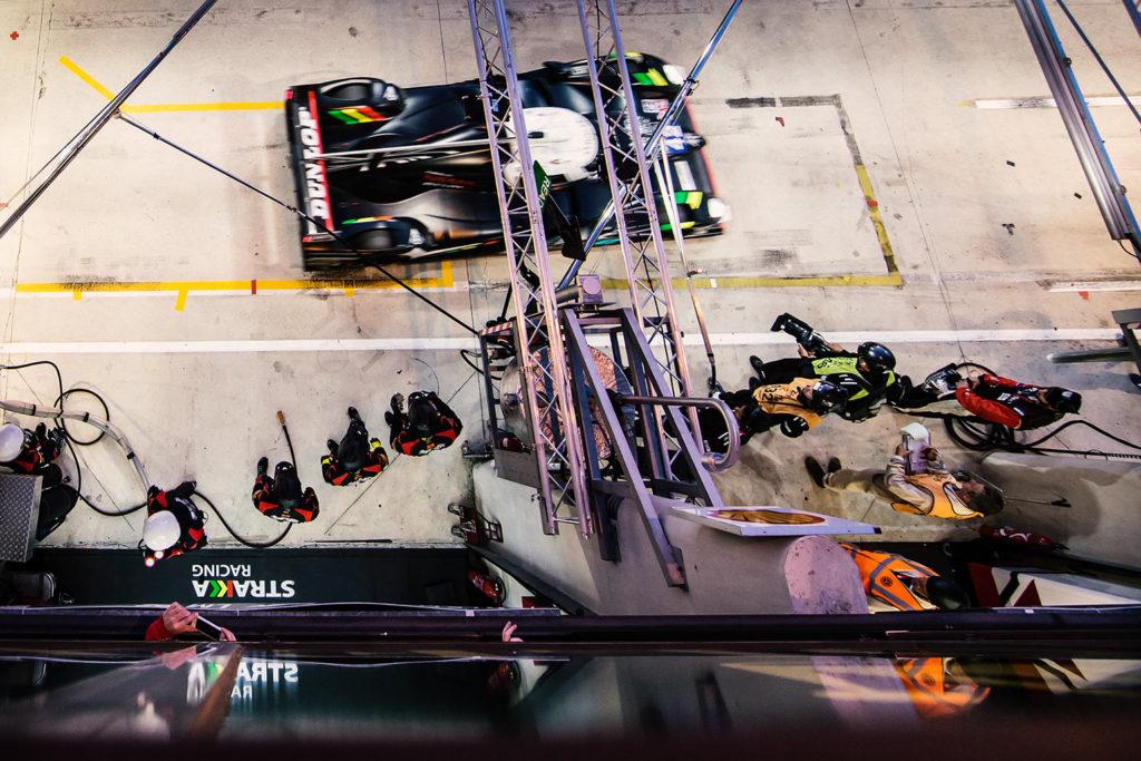 24h von Le Mans - Blick in die Boxengasse aus der VIP-Loge von Michelin.