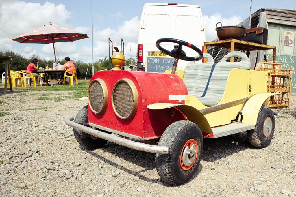 Unser Lieblingströdler Thierry verkauft vom Silberbesteck bis zu alten Autos alles.