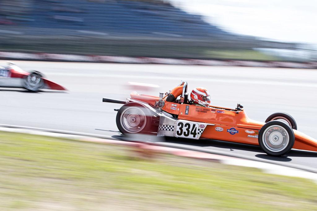 Mitgezogen - Oldtimer Grand Prix am Nürburgring 2018. Je schneller zum Beispiel ein Auto ist und vor allem je näher es ist, desto stärker werden die Unschärfen an den Kanten.