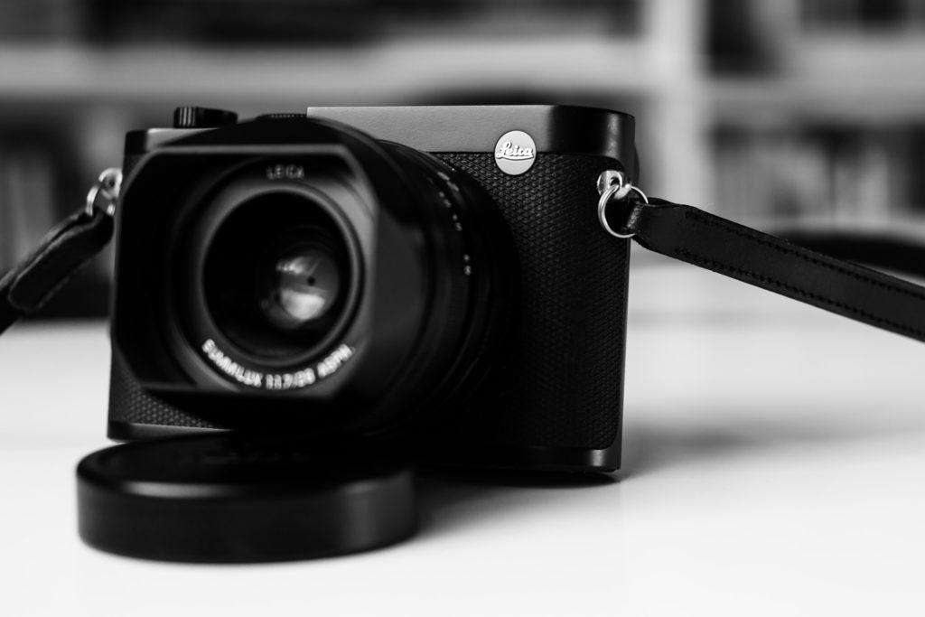 Die kleinen Schlüsselringe, die den Gurt an der Leica Q2 befestigen, killen beim Anbringen jeden Fingernagel.