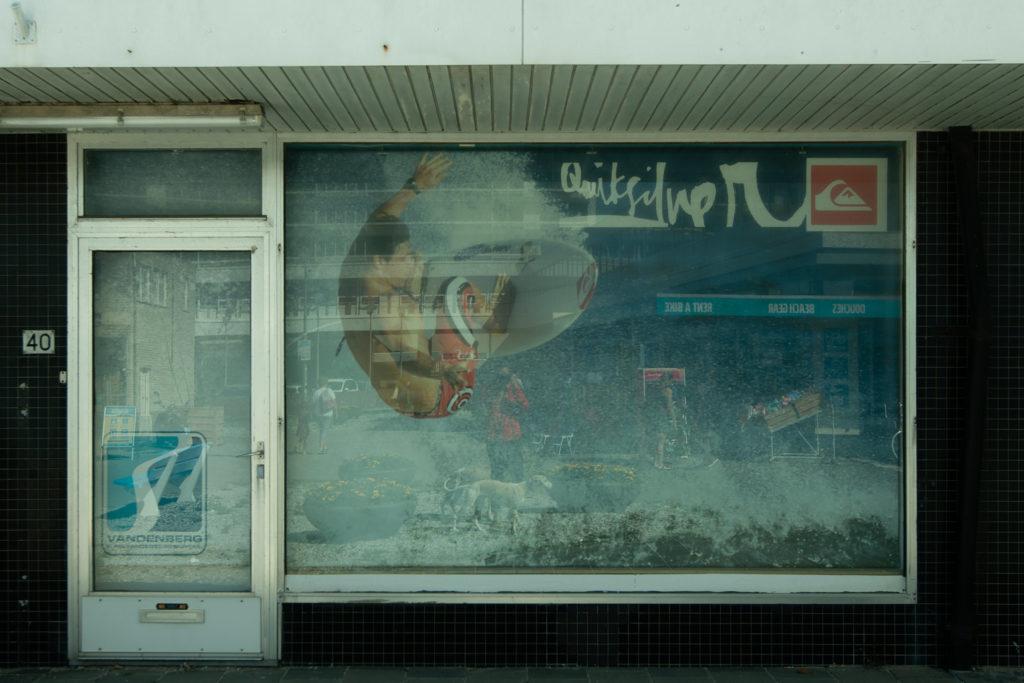 Selbstportrait mit Whippets - In der Betonmeile zwischen Innenstadt und Strand fühle ich mich wie auf eine, anderen Planeten.