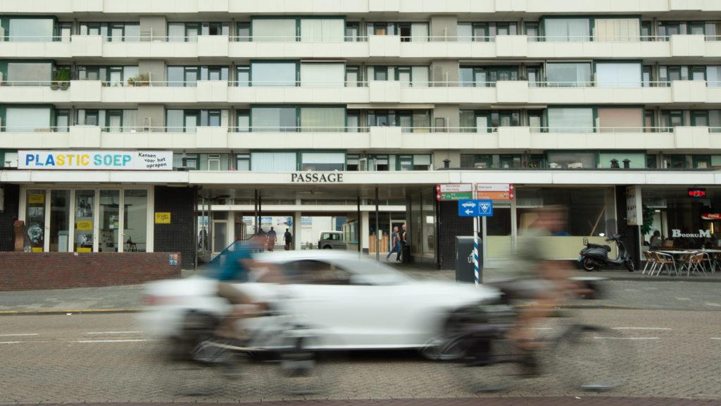 Eile, Eile! Das niederländische Verkehrskonzept ist auf Radfahrer ausgelegt. Grundsätzlich positiv. Die Rollerfahrer, die die Radspuren dort mitbenutzen dürfen, sind allerdings gewöhnungsbedürftig. In Deutschland würden sie vermutlich keine Woche überleben.