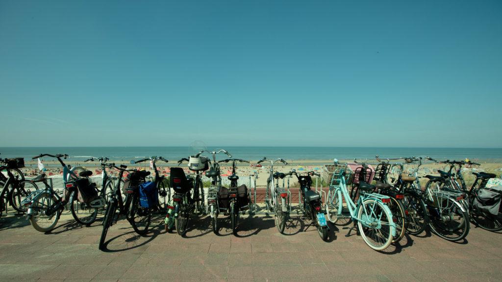 Fahrräder an der Promenade von  Zandvoort.