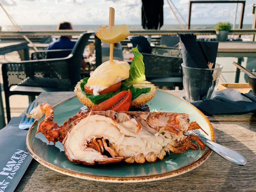 """Köstlich! Ein Burger mit einem halben Hummer im """"de Haven"""". Diese Strandbar hat es uns angetan."""