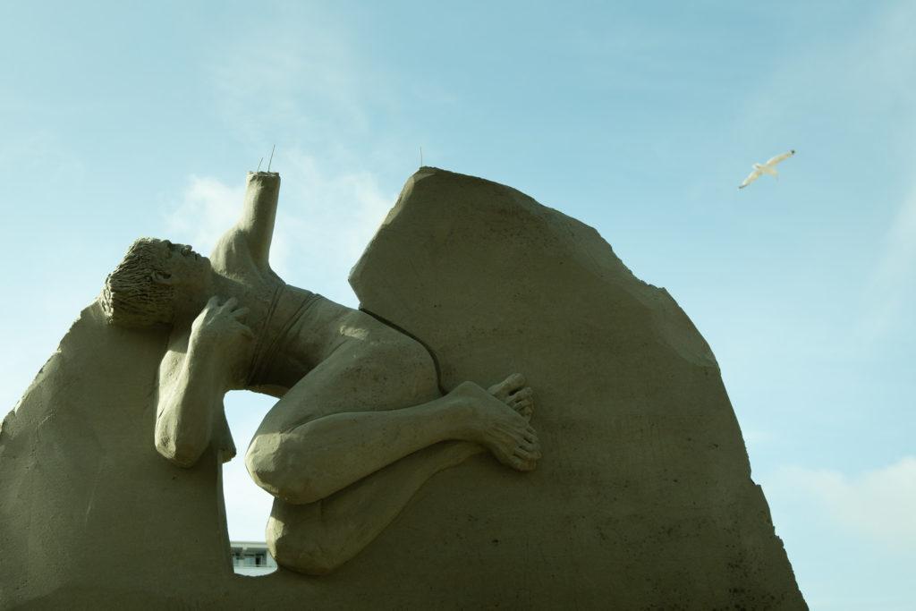Ohne Arme keine Kekse! Die seit einem Wettbewerb installierten Sandskulpturen passen eher in den sozialistischen Realismus als in ein Strandbad im Jahre 2019.