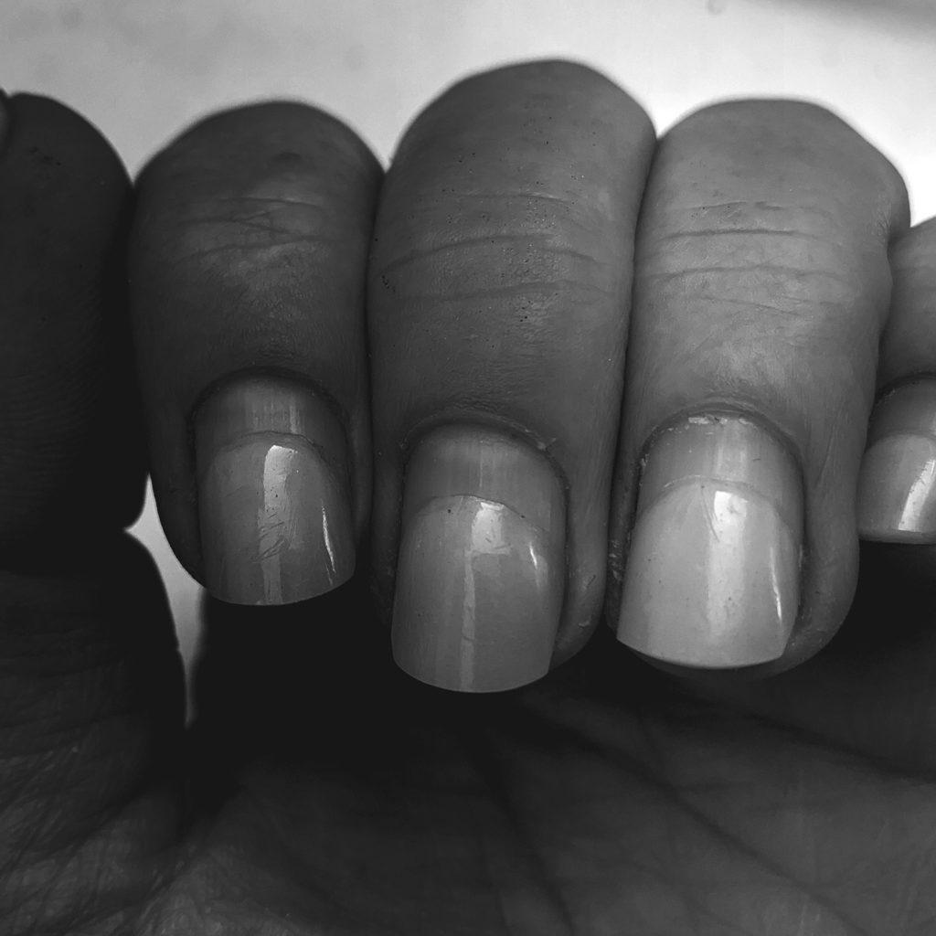 Mein Leben lang habe ich mir die Nägel selber gemacht. Kurz vor dem Lockdown dachte ich, dass endlich mal ein Profi ran soll. Das habe ich jetzt davon!