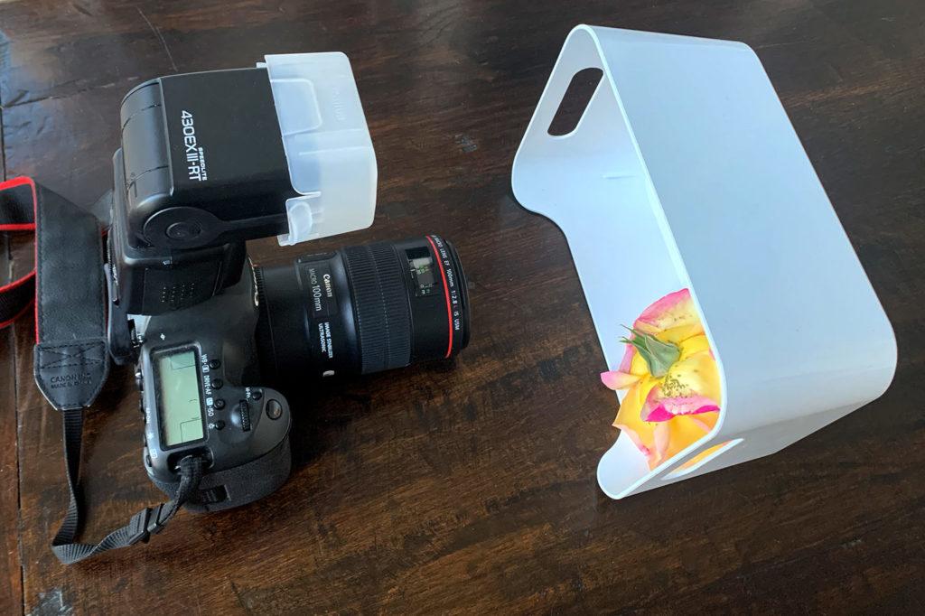 Das Mini-Studio: Eine weiße Plastikbox, die Canon EOS 5Ds R, das Canon EF 100mm 1:2,8L Macro IS USM und mein Blitz.